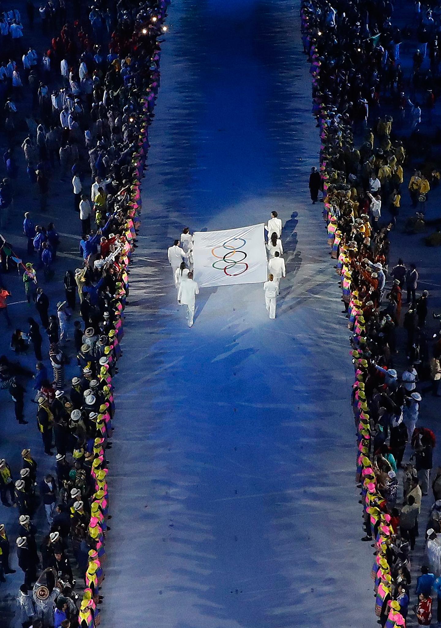 Emocionante llegada de la bandera olímpica